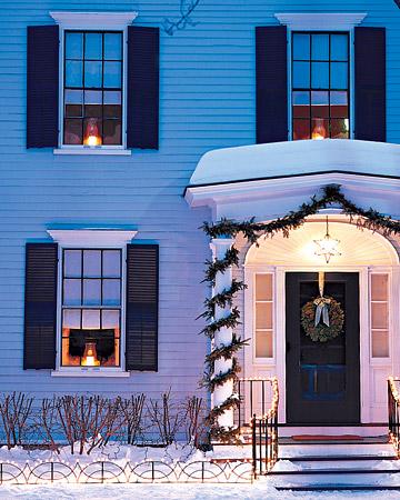 Dom z udekorowanym gankiem na boże narodzenie