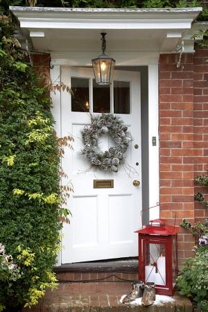 wianek z szyszek na drzwi