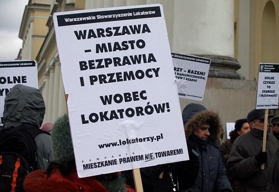 lokatorzy protestują przed ratuszem