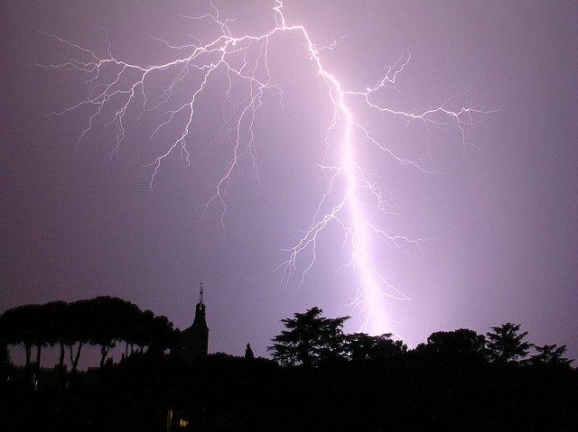 800px-Fulmine-notturno-su-Roma