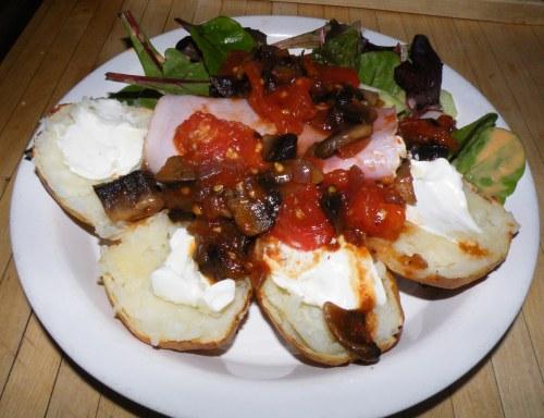 pieczony ziemniak na ostro, szynka, kartofel, sałata, pomidor, grzybki, pieczarki, masełko, serek philadelfia