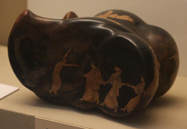 Naczynie w kształcie astragala (bydlęca kość śródstopia używana jako kostka do gry), ozdobione przedstawieniem tańca scenicznego, technika czerwonofigurowa. Ateny, ok. 450, garncarz Sotades. British Museum, Londyn.