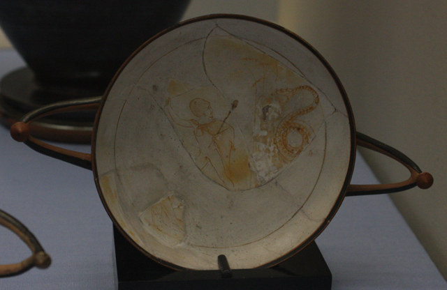 Białogruntowana czara (kyliks) z przedstawieniem Eurydyki i Aristajosa; po prawej widoczny wąż, który za moment ukąsi Eurydykę. Ateny, ok. 460 BC; garncarz Sotades i Malarz Sotadesa. British Museum, Londyn.