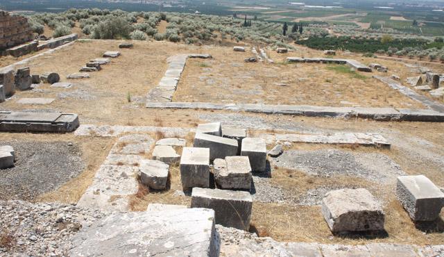 Pozostałości budowli biesiadnej, na pierwszym planie wydzielone sale, dalej portykowy dziedziniec
