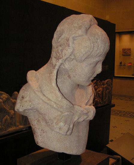 Ch�opiec w stroju Heraklesa