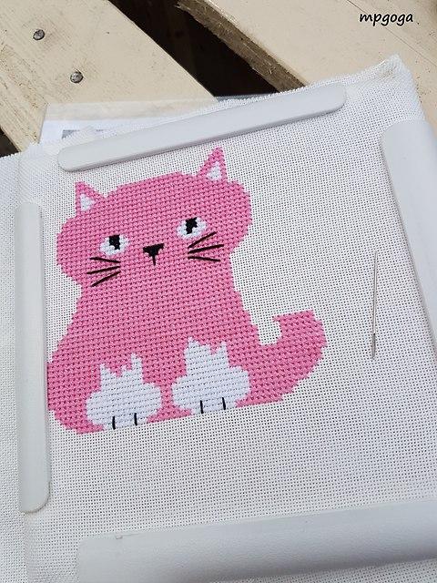 różowy kot