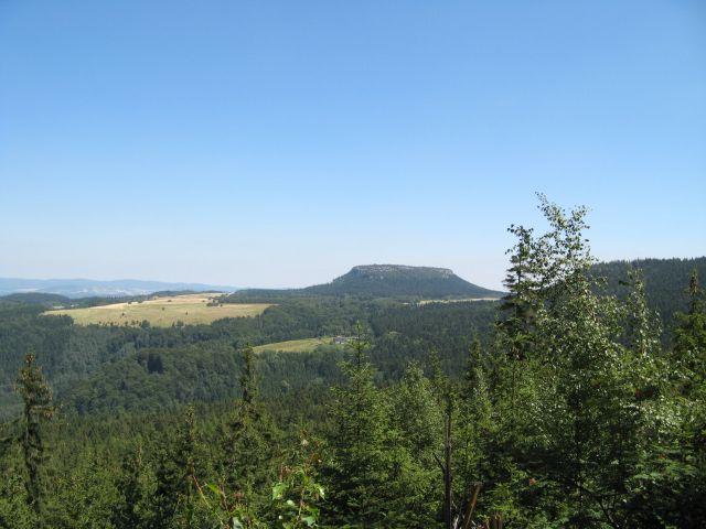 G�ry Sto�owe - widok na Szczeliniec ze szlaku na B��dne Ska�y
