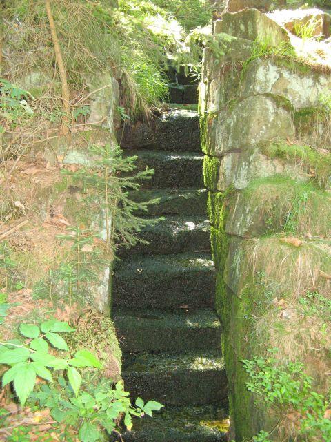 Góry Stołowe - kamienne schodki dla górskiego strumienia