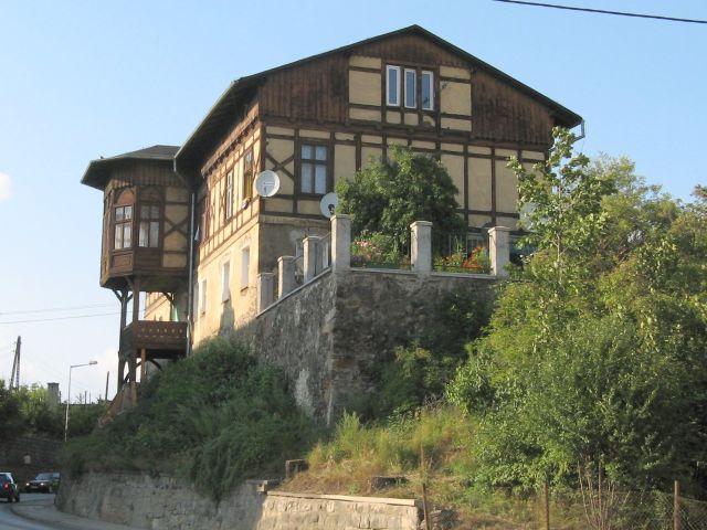 Kłodzko - stary drewniany dom z dużą werandą